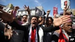 反胡賽武裝的也門示威者呼喊口號