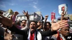 反胡赛的示威者呼喊口号