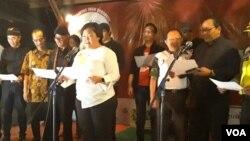 Anita Wahid dari Seknas Gusdurian membacakan Deklarasi Hari Persaudaraan Sejati diikuti para pemuka agama, pada malam peringatan 100 Hari Bom Gereja Surabaya, Jumat, 24 Agustus 2018 (foto Petrus Riksi-VOA).jpg