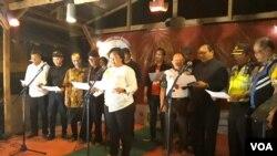 Anita Wahid dari Seknas Gusdurian membacakan Deklarasi Hari Persaudaraan Sejati diikuti para pemuka agama, pada malam peringatan 100 Hari Bom Gereja Surabaya, Jumat, 24 Agustus 2018 (Foto:VOA/Petrus Riski)