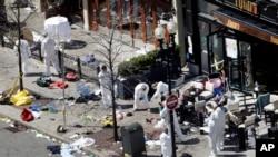 Des enquêteurs examinent la scène des explosions du 15 avril 2013 à Boston