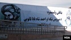 رئیس جمهور غنی به زیارت خرقۀ شریف در شهر کندهار نیز رفت.