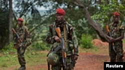 Des militaires de Centrafrique gardent un batiment avec les troupes locales ougandaises à Obo, chef-lieu de la préfecture du Haut-Mbomou, en Centrafrique le 29 avril 2012.