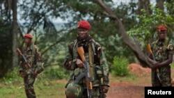 中非共和国奥博:多国联席会议建筑外站岗的中非共和国军队
