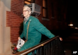 Jessica Leeds, one of the women who accuse Republican presidential candidate Donald Trump of unwanted sexual advances, arrives at her apartment building in New York, Oct. 12, 2016. Leeds alleges that Trump repeatedly groped her on a flight to New York more than 30 years ago.