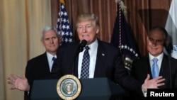 川普總統星期二簽署行政令前在環保署講話。