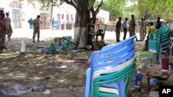 Para petugas keamanan berkumpul di sekitar sebuah restoran pasca ledakan bom bunuh diri di Beledweyne, 339 kilometer sebelah utara Mogadishu, Somalia (19/10).