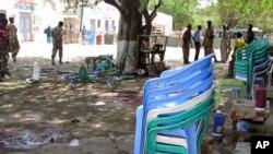 10月19号索马里安全部队集中在青年党自杀炸弹杀手在一家饭店爆炸的现场。