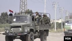 Militer Suriah (atas) dilaporkan terlibat pertempuran dengan anggota militer Suriah yang membelot.