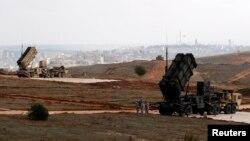 美军士兵守候在土耳其一处军事基地的美国爱国者导弹系统旁。(2013年5月2日资料照)