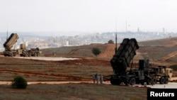 Soldados estadounidenses rodean los antimisiles en una base militar en Turquía.