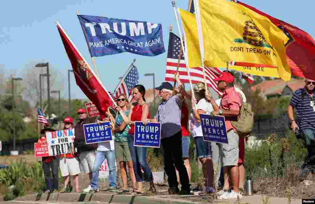 """支持川普当选者在加州示威,有人举着标语""""川普 让美国再度伟大""""(2016年11月11日)"""