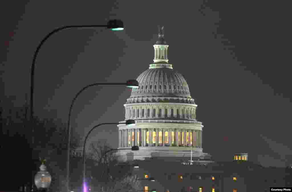 Shielded light directed downward improves visibility of U.S. Capitol at night. (Jim Dougherty, International Dark Sky Association)