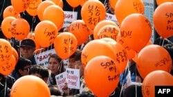 Güney Kore'nin başkenti Seul'da Çin Büyükelçiliği önünde gösteri yapan Koreliler