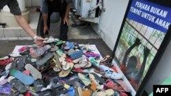 Hàng núi dép nhựa chất đống ở bậc thềm của các đồn cảnh sát khắp Indonesia, ngày 4/1/2012