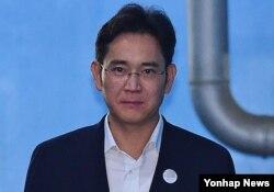 25일 서울중앙지법 선고공판에서 징역 5년을 선고받은 뒤 굳은 표정으로 법정을 나서는 이재용 삼성전자 부회장.