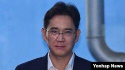 Pewaris perusahaan raksasa Korea Selatan Samsung, Jae-yong Lee, di Pengadilan Distrik Pusat Seoul di Seocho-gu, Seoul. (Foto: dok).