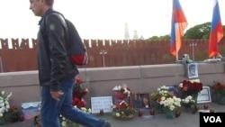 自愿人员在涅姆佐夫的遇害地点建起了纪念碑(美国之音白桦拍摄)
