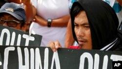 抗议者在中国驻马尼拉领事馆外集会,反对中国在有争议的岛礁填海造岛。(2017年6月12日)