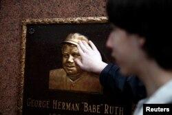 뉴욕 브롱크스에 있는 양키스타디움 방문객이 베이브 루스 기념 동판을 만져보고 있다.