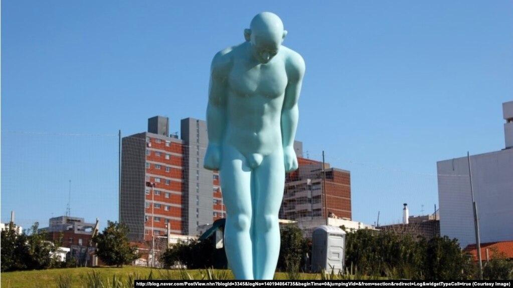 """Một bức tượng """"Greeting man"""" của Hàn Quốc được đặt tại Plaza República de Coreain, ở Montevideo, Uruguay, tháng 10/2012. Thị trưởng thành phố Namyangju đã ngỏ lời tặng thành phố Huế một món quà tương tự. (From http://blog.naver.com)"""
