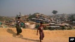 រូបឯកសារ៖ ជនភៀសខ្លួនរ៉ូហ៊ីងយ៉ាសែងលូនៅជំរំជនភៀសខ្លួន Balukhali ជិតស្រុក Cox's Bazar ប្រទេសបង់ក្លាដែស កាលពីខែវិច្ឆិកា ២០១៨។