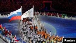 Kapanış töreninde Soçi olimpiyat stadına giren sporcular