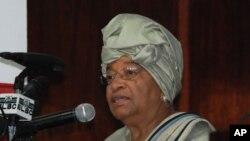 Presiden Liberia Ellen Johnson Sirleaf menyatakan hari Selasa (12/2) sebagai hari berkabung atastragedi kecelakaan pesawat di Cherlesville, 45 kilometer dari ibukota Liberia, Monrovia. Sedikitnya 10 orang berada dalam pesawat tersebut, termasuk panglima militer Jenderal Kelefa Diallo, kepala angkatan bersenjata Guniea dan sejumlah pejabat Guinea lainnya (Foto: dok).