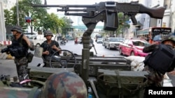 Thai soldiers take their positions in the middle of a main intersection in Bangkok's shopping district May 20, 2014. Thailand's army declared martial law on Tuesday to restore order after six months of anti-government protests which have left the country