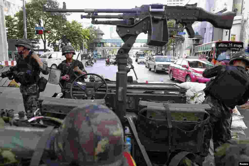 Thai soldiers take their positions in the middle of a main intersection in Bangkok's shopping district May 20, 2014.