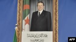 Noureddine Bedoui, annonce les résultats des élections locales dans la capitale, Alger, le 24 novembre 2017. Un portrait du président algérien Abdelaziz Bouteflika est vu en arrière-plan.