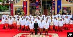 File photo - Cambodia's National Assembly President Heng Samrin, King Norodom Sihamoni, Prime Minister Hun Sen and Minister of Royal Palace Kong Samol pose with the nation's lawmakers during a photo session in front of the National Assembly, Phnom Penh, Cambodia. (AP photo)