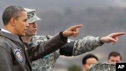 지난 2012년 3월 판문점을 방문한 바락 오바마 미국 대통령(왼쪽)이 북한 지역을 바라보고 있다.