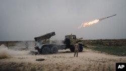 一枚火箭从伊拉克摩苏尔以东马克穆尔的一架火箭发射器上发射。(2016年3月25日)