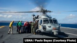 Un hélicoptère sur le porte-avion USS George Washington lors des opérations de soutien aux Philippines, suite au passage du typhon Haiyan/Yolanda. (U.S. Navy photo by Mass Communication Specialist 3rd Class Paolo Bayas/Released)