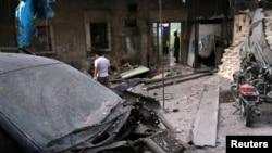 Nhân viên y tế kiểm tra những thiệt hại bên ngoài một bệnh viện một cuộc tấn công tại khu vực al-Maadi của quân phiến loạn của Aleppo, Syria, ngày 28 tháng 09 năm 2016.