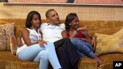 Presiden AS Barack Obama bersama puterinya Malia dan Sasha (foto: dok).