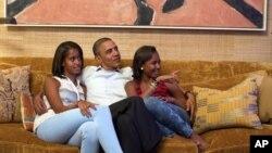 Presidente Barack Obama, com as filhas, ouve o discurso da mulher, Michelle, na convenção do Partido Democrático