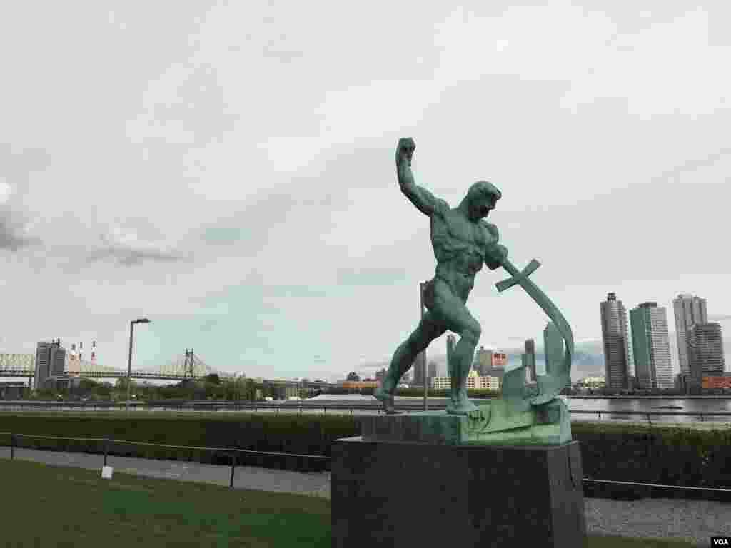 حیاط سازمان ملل متحد به چندین مجسمه مزین شده است