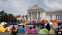Những người ủng hộ phe đối lập dựng lều trước toà nhà chính phủ trong thủ đô Skopje, Macedonia, 19/5/15