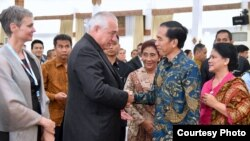 Presiden Joko Widodo bersalaman dengan peserta simposium internasional mengenai kejahatan perikanan FishCrime 2016 di Yogyakarta (10/10). (Courtesy: Setpres RI)