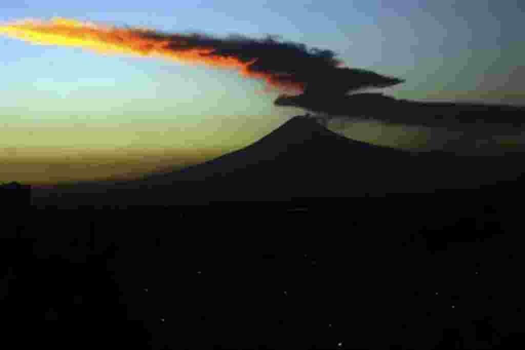 El volcán Popocatépetl, visto desde la ciudad de Puebla, México, envía una columna de humo y vapor de agua, 28 de enero 2008. El volcán, ubicado a unos 65 kilómetros al sureste de la capital mexicana, ha estado intermitente en erupción desde diciembre de