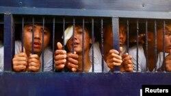 Para aktivis mahasiswa yang ditahan dibawa dengan kendaraan menuju pengadilan Letpadan, Rabu (25/3).