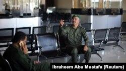 Un membre des forces de sécurité de l'Autorité palestinienne au poste-frontière de Rafah après que le Hamas a remis le contrôle de la traversée à l'Autorité palestinienne, dans le sud de la bande de Gaza le 1er novembre 2017.