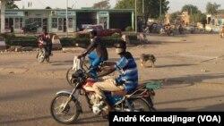 Une station service désertée par les usagers à N'Djamena, le 9 janvier 2018. (VOA/André Kodmadjingar)