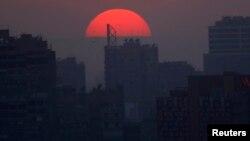 Zalazak sunca iznad trga Tahrir u Kairu gde traju sukobi na demonstracijama, 26. jul 2013.