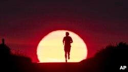 Frankfurt'ta güneş doğarken koşan bir kişi