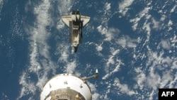 """Космический """"Эндевор""""вскоре после расстыковки с МКС 28 июля 2009 года"""