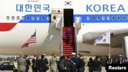 30일 핵안보정상회의 참석을 위해 미국 메릴랜드 주 앤드류공군기지에 도착한 박근혜 한국 대통령(가운데)이 의장대의 환영을 받으며 전용기에서 내리고 있다..