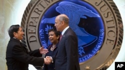 로레타 린치 미 법무장관(가운데)과 제 존슨 국토안보부 장관(오른쪽)이 지난 1일 미국 워싱턴 법부무를 방문한 궈성쿤 중국 국무위원을 환영하고 있다.